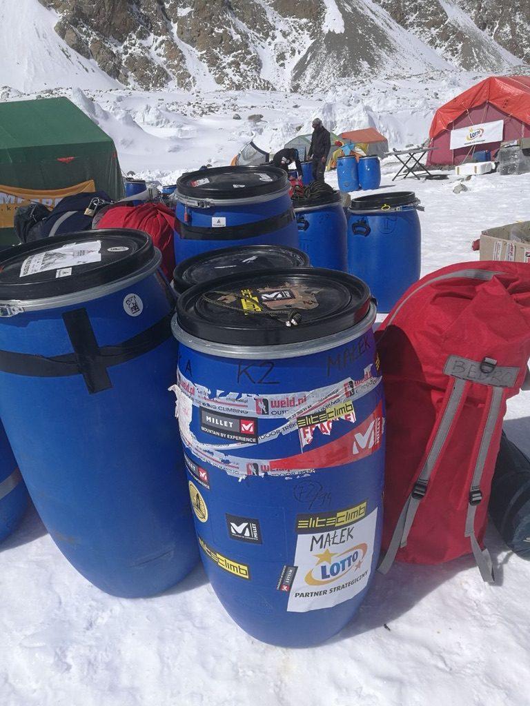 zimowa wyprawa na K2 - beczki
