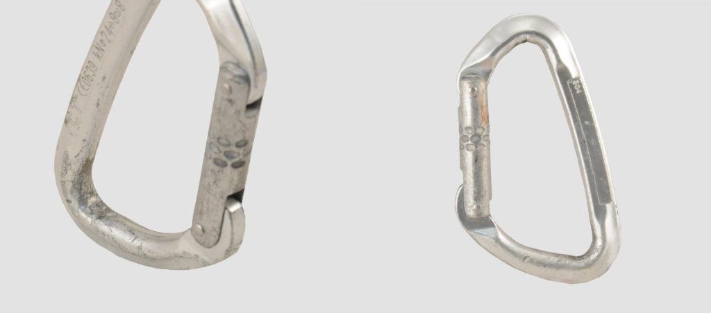 Zadziory i ślady nacięć karabinka mającego kontakt z plakietkami i ringami (fot. weld.pl)