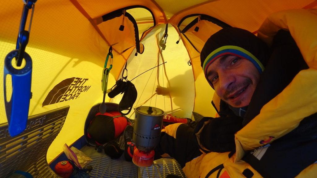 Palnik MSR oraz namiot TNF Assoult podczas wyprawy na K2 (fot. Marek Chmielarski)