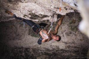 Adam Mach wspina się w jaskini Mamutowej (fot. Kamil Żmija)