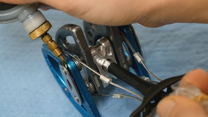 smarowanie mechanika DMM Dragon (fot. dmmclimbing.com)