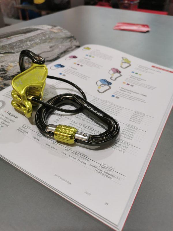 Zółty przyrząd asekuracyjny DMM Pivot (fot. Maciek Smolnik)