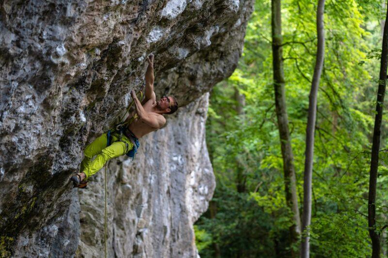 Maciek Smolnik testuje spodnie Rock Slave Petrol na Frankenjurze (fot. Marcin Szymkowski)