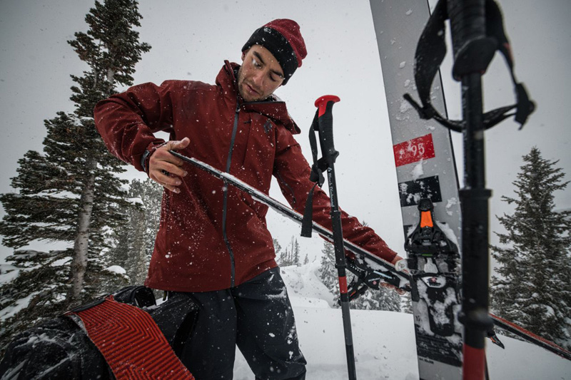 Kije skitourowe Black Diamond Travers w akcji (fot. Andy Earl / blackdiamond.com)