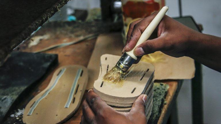 Produkcja sandałów Source