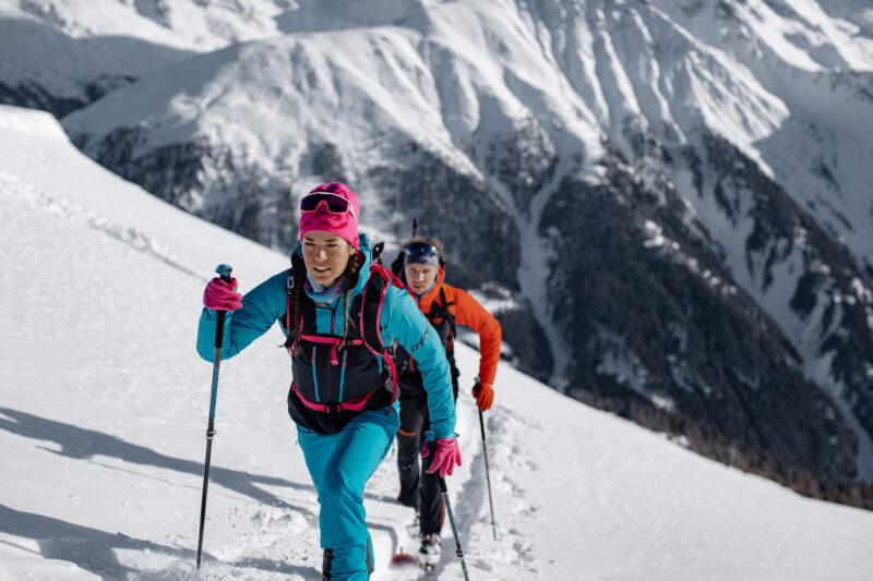 Na skitourach można założyć zarówno czapkę jak i opaske (fot. dynafit.com)