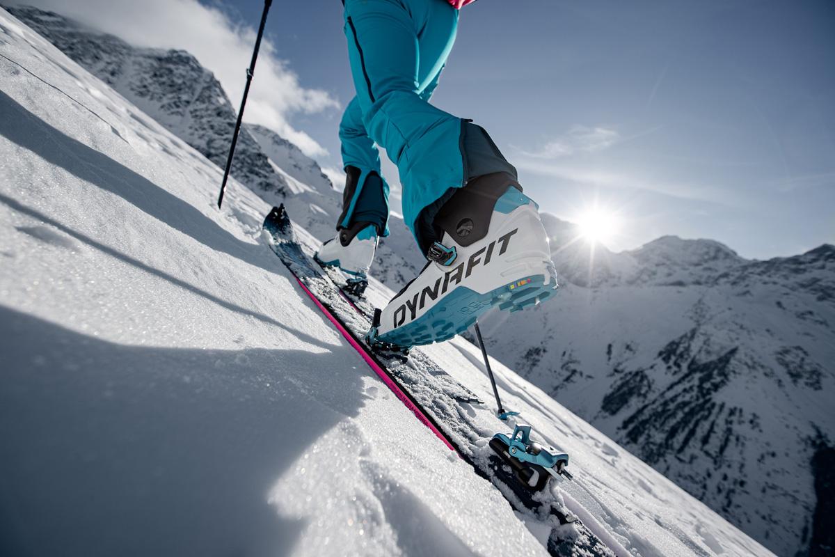 Spodnie skitourowe powinny mieć szeroką nogawkę aby móc je założyć na buta skitourowego (fot. dynafit.com)